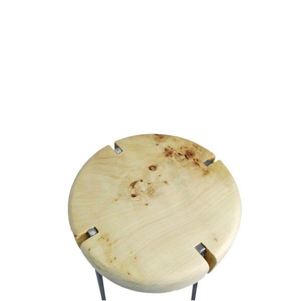 taburete de metal y madera natural en el asiento